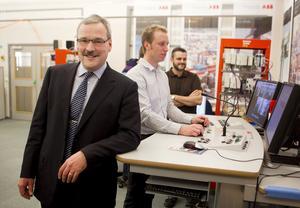 Stororder. ABB-enheten Crane Systems, som leds av Uno Bryfors, har tagit hem order värda 270 miljoner kronor. Björn Henriksson och Henrik Bovin har deltagit i utvecklingen av system för automation av hamnkranar. FOTO: PER GROTH
