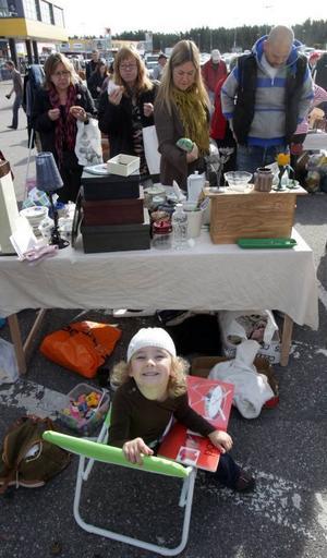 FÖRSTA JOBBET. Dagens yngsta säljare var Saga Alicesson, 4, från Älvkarleby. Mest tittade hon dock på när mamma Ellinor sålde gamla grejer.