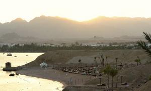 Trendig strand. Naama Bay i Sharm el Sheikh i Egypten, som är ett av 2011 års trendigaste länder.