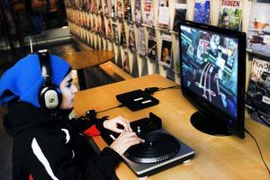 Yones Mahmoud spelade ett tv-spel där man är diskjockey och ska hålla koll på skivor.