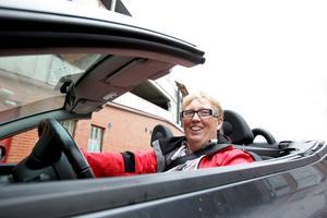 Lena Brodin kör nercabbat så länge vädret tillåter det i sin lilla japanska sportbil.
