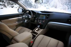 Nya Subaru Outback har blivit rymligare på längden i baksätet och på bredden här i framsätet. Instrumentering och materialval känns dock inte helt uppdaterade.
