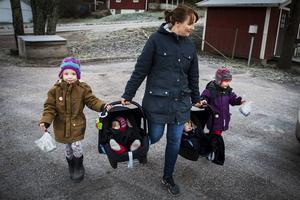 När Mia hämtar Nore och Vera på förskolan hänger Stellan och Folke med.