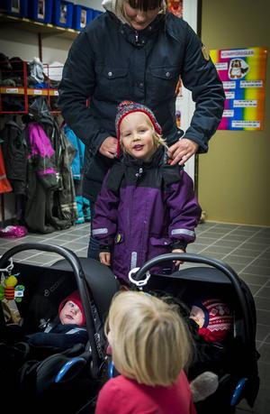 Mia Kristoffersson har mycket att hålla ordning på när det är dags att hämta Nore och Vera på förskolan.