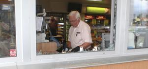 Dan Frengen hade fullt upp med att avlägsna allt glassplitter inne i butiken.