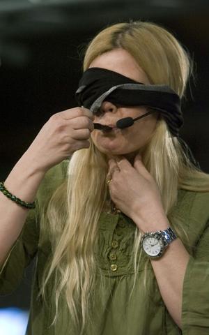 Johanna Julle är försiktig med provsmakningen.