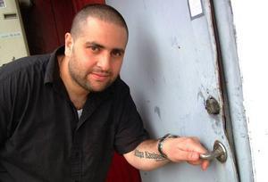 Leffe Kawar med den sönderbrutna bakdörren till Centrumkiosken i Bräcke.Foto: Ingvar Ericsson