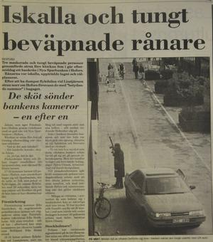 Utanför banklokalen vaktade den tredje rånaren. Beväpnad med AK 4:a lät rånaren sig beskådas och fotograferas av häpna Hoforsbor.