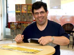 Lars-Göran Andersson säljer bingolotter och gillar att prata med folk.