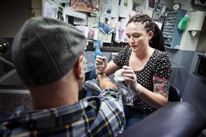 Laura Bonsels sambo Erik Toolbom var den första som hon tatuerade och han fortsätter att låta henne göra det.