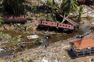 LÅNGT BORT. Hela en och en halv timma efter det starka skalvet utanför Indonesien når vågorna Sri Lanka där 35000 människor dödas. Ett fullsatt tåg på Sri Lanka träffas av vågorna och nästan alla de tusen passagerarna dödas eller försvinner.