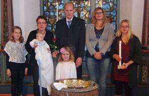 I Grundsunda kyrka döptes den 17 november Per Lucas, son till Johan och Carina Strandberg, Skede. Doppräst var Håkan Udd. Med på bilden är också syskonen Emma och Lina samt faddrarna Helena Alvin och Anna-Karin Pettersson.