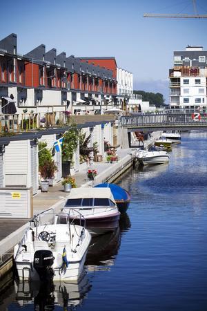 Det är tätt mellan båtarna i kanalen på Gävle Strand.