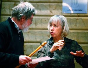 Elisabeth Claesson-Trång har skrivit nästan all musik i pjäsen om runstenen, men samråder hela tiden med musikern Calle Hernmarck.