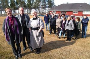 Biskop Tuulikki Koivunen-Bylund, kontraktsprosten i Bräcke-Ragunda kontrakt Lennart Raswill, och Bräcke-Revsunds kyrkoherde Ewa Eriksson framför en del av kyrkopersonalen när biskopsvisitationen av Revsund, Sundsjö, Bodsjö och Bräcke-Nyhems församlingar inleddes på torsdagen.
