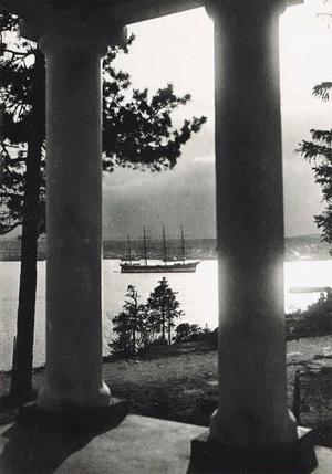 En bild från sångartemplets barndom, tagen på 1920-talet. Segelskutan har ankrat, och fjärden ligger blank som ett nybonat golv. Foto: Sture Ersson