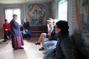 1853 byggdes stallet i den östra flygeln vid Pallars om till bostad för bonden Jonas Nilssons föräldrar Nils och Barbro, som flyttade ut från det stora huset. Blåmålarn, vars namn är okänt, fick uppdraget att dekorera väggarna.