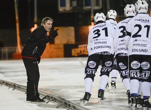 Anders Jakobsson manar på sina SAIK-spelare.