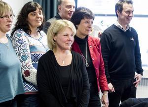 Maria Tillman poserar för en gruppbild som visar representanter från företag, Söderhamn, Bollnäs, Ovanåker, Inköp Gävleborg och föreningen Matvärden.