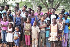 Barnen. Här sjunger barnen på barnhemmet.