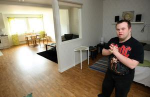 Patrik Karlsson i sin sprillans nya lägenhet.