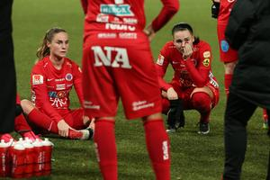 Hanne Gråhns och Emma Jansson var två av Kif Örebro-spelarna med tårar i ögonen efter att degraderingen till elitettan var ett faktum.
