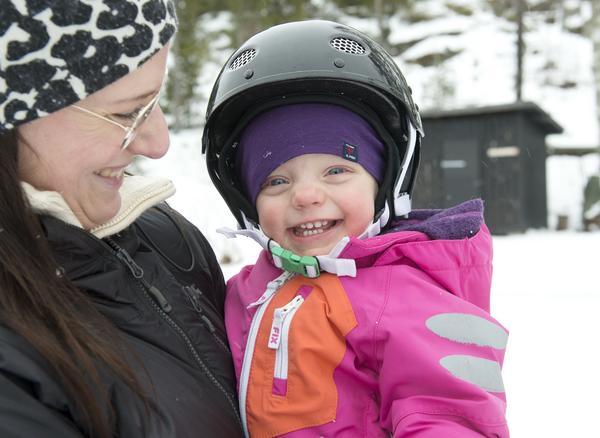 Malin Westman lär 14 månader gamla dottern  Elly att åka snowboard.