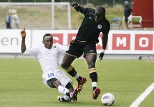 Samuel Mensah spelade till sig ett ÖFK-kontrakt sommaren 2011. Här är han tuff i träningsmatchen mot Wigan.