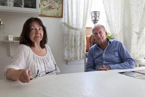 Berit och Niel Andersson tycker att det är obehagligt att det brunnit i huset mittemot.