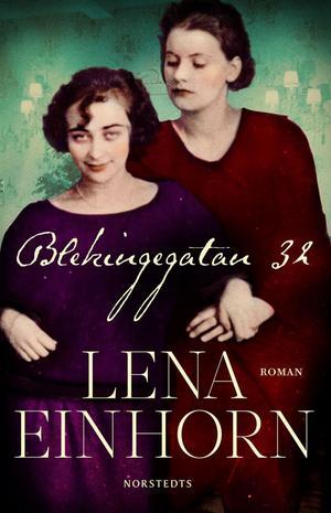 """Kärlekspar. Mimi Pollak och Greta Garbo 1924. Detalj från ett klassfoto och omslagsbild till romanen """"Blekingegatan 32""""."""