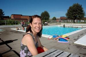 """TRÅKIGT. """"Jag tycker det är synd att badet byggs in. Då finns inget utomhusbad i Tierp"""", säger Jessica Thyr."""