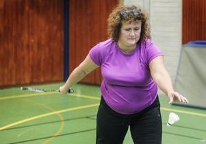 Laila Hanning Sundberg drar iväg en serve.– Det är kul att det anordnas något bara för mammor, säger hon.