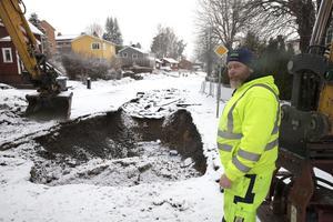 Mats Byström från företaget AEB var i början av mars med och akutlagade slukhålet. Nu vid asfalteringen upptäcktes en svacka i gatan lite längre ned.