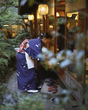 Ryokan Fujioto i bergsstaden Tsumago har gått i arv sedan flera generationer. Det är en vacker byggnad mitt i staden med klassisk japansk trädgård och simmande karpfiskar.   Jörgen Ulvsgärd