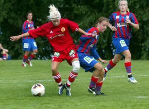 Anfallaren Maria Vestberg får med sig bollen efter en tuff duell.