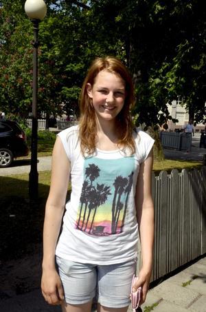 Emelie Karlberg, 16 år, studerande, Örebro:– Jag tycker om min tröja. Den är vit och fin.
