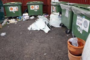 Den här synen möttes tidningen av efter att vi blivit tipsad av en Färilabo som häromdagen skulle utnyttja återvinningsstationen.