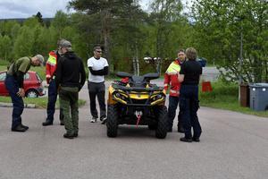 Roger Staffansson var den som fann kvinnan och berättar här om åtefinnandet för Lena Nilsson, polisen i Idre.