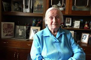 """Elvira """"Viran"""" Larsson fyller i morgon 107 år, och har varit den äldsta personen i Gästrikland i över ett år nu. Men Viran är pigg, glad och har ett fantastiskt minne. Hon minns de stora livshändelserna som andra världskriget och spanska sjukan, hon minns senare tillfällen som när hon har träffat kungligheter, och kan ett flertal dikter utantill."""