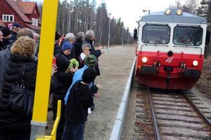 Det var folkfest när nära 300 personer fanns på plats när den nya perrongen i Röjan invigdes.