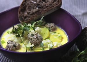 Lök- och potatissoppa med lammfrikadeller är mat som värmer. Servera gärna rustikt rågbröd till att doppa i soppan.   Foto: Dan Strandqvist