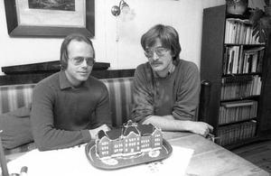 Björn Roos och Mats Andreasson med sin modell av Herrgärdsskolan i Västerås, som ska levereras till länsmuseet.