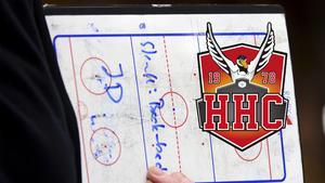 Det blir nya ansikten som ska rita på taktiktavlorna i Hudik Hockey den kommande säsongen.