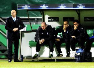 Soso Chedia (sittande längst till vänster) har i allra högsta grad bidragit till Anorthosis framgångar i höstens Champions League-spel. Stående till vänster i bild syns huvudtränaren, landsmannen och gode vännen Temuri Ketsbaia.Chedia hjälper Ketsbaia väldigt mycket. Han har hand om träningar och för statistik under matcher, berättar cypriotiske sportjournalisten Fanis Makrides.