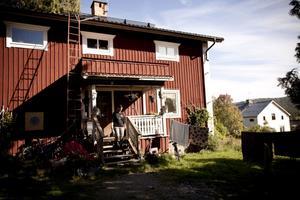 Dagens bostadshus är ombyggt, men troligen ursprungligen från mitten av 1800-talet.