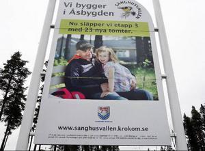 Vid infarten till Sånghusvallen gör Krokoms kommun reklam för området med en bild på en pappa och hans dotter.Men boende i området tycker inte att området är särskilt barnvänligt.