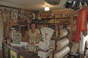 Som en lanthandel. I butiken står Margareta Forsberg. Emaljskyltarna som syns nere till vänster kommer från Bo Forsbergs släktingar.