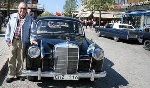 Folkets pris för finaste bil gick i år till Lars Yngve Gunnarsson från Heljesta och hans svarta Mercedes Benz -57.