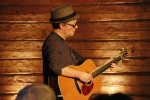 Ian Carr är en engelsk gitarrist som även har spelat i SWÅP och med Kate Rusby.