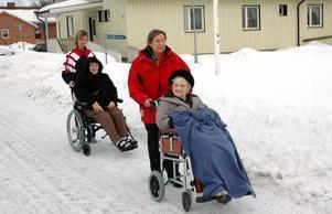 UTGÅNG. Elvie Gustavsson och Sonja Mohlén är inte ute särskilt mycket på vintern. De tycker helt enkelt att det är för                kallt och ruggigt. Med assistans av vårdbiträdet Carina Hadin och boendestödjaren Gunilla Hedström får de här en liten sväng utanför Hällbacka servicehus.